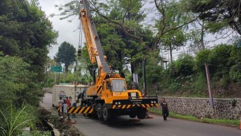 Kontainer Terguling, Kendaraan Mengular di Lembang