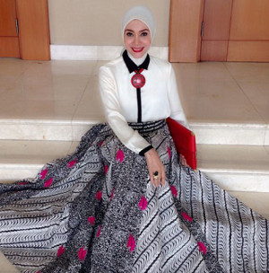 Intip 7 Koleksi Batik Favorit Model Senior Okky Asokawati