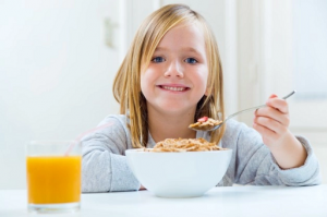 8 Cara Menanamkan Kebiasaan Makan yang Baik pada Anak