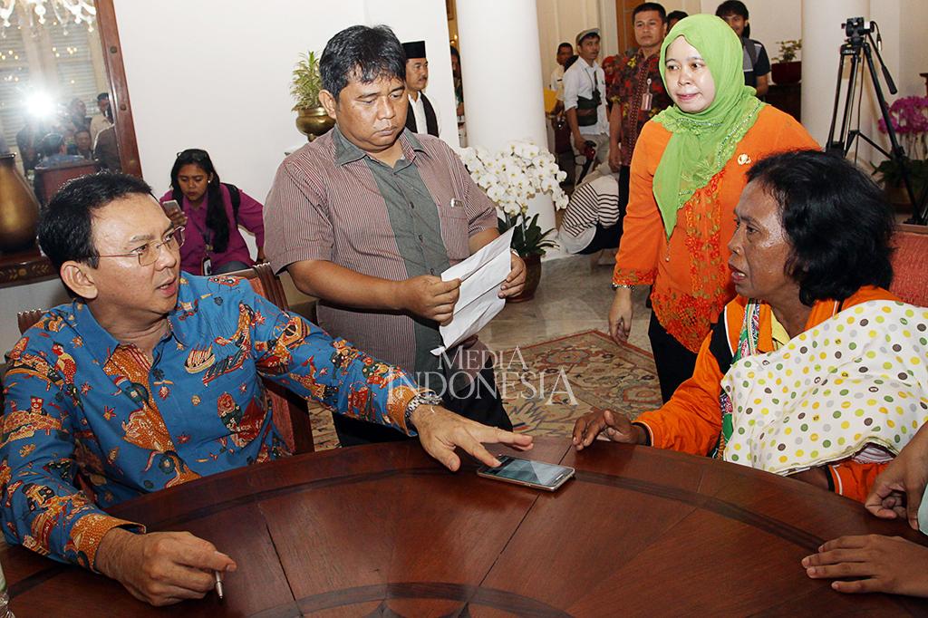 Gubernur DKI Jakarta Basuki Tjahaja Purnama menerima pengaduan warga di Balai Kota, Jakarta.