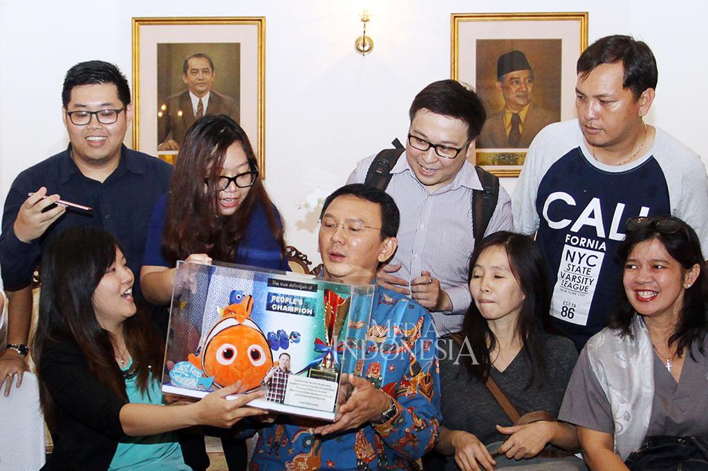 Ahok Dapat Boneka Nemo dari Warga