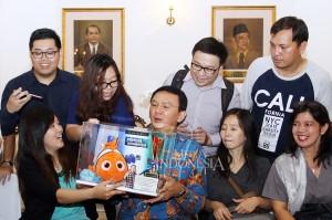 Selain bertemu dengan Ahok, ada juga warga yang memberikan boneka ikan nemo.