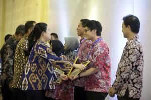 Menko PMK Puan Maharani memberikan penghargaan kepada sejumlah remaja berprestasi di bidang sains ketika acara pembukaan Indonesia Science Expo 2017.