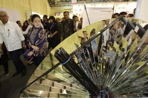 Menko PMK Puan Maharani bersama Kepala LIPI Prof Bambang Subiyanto melihat berbagai produk karya ilmiah saat acara Indonesia Science Expo 2017.