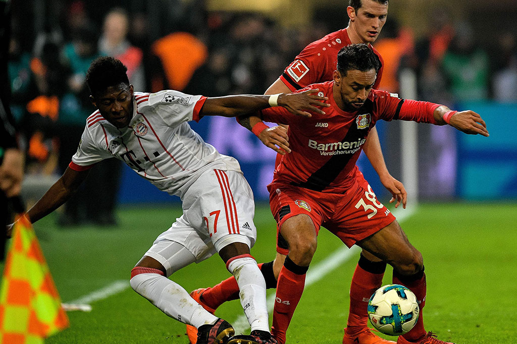 Di awal laga, Bayern Leverkusen menekan Bayern Muenchen dan melancarkan serangan balik cepat dengan mengandalkan dua pemain sayap Leon Bailey dan Karim Bellarabi.