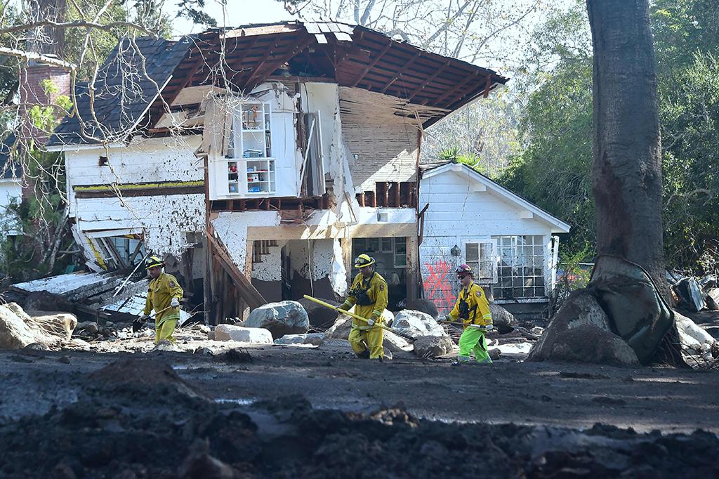 Kerja Keras Petugas Bersihkan Sisa-sisa Longsor di California