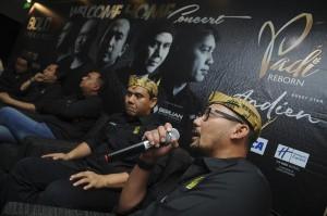 Anggota Grup Band Padi Reborn (dari kiri) Yoyo, Fadly, Ari, Piyu, dan Rindra menjawab pertanyaan wartawan saat konferensi pers di Surabaya, Jawa Timur.
