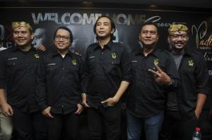 Grup Band Padi Reborn (dari kiri) Fadly, Rindra, Piyu, Ari dan Yoyo berpose usai melakukan konferensi pers di Surabaya, Jawa Timur.