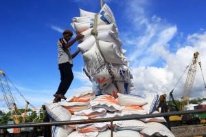 Buruh membongkar beras impor dari Kapal My Think di Pelabuhan Tenau Kupang, Nusa Tenggara Timur.