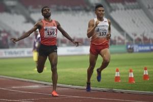 Pelari India Lakshmanan Govindan (kiri) memasuki garis finis disamping pelari Indonesia Wahyudi Putra (kanan) yang tertinggal satu lap pada final Lari 5000 Meter Putra 18th Asian Games Invitation Tournament di Stadion Utama Gelora Bung Karno, Jakarta. ANTARA/Sigid Kurniawan