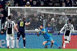Harry Kane berpeluang memperkecil ketertinggalan namun tandukannya masih berhasil diantisipasi kiper Juve Gianluigi Buffon.