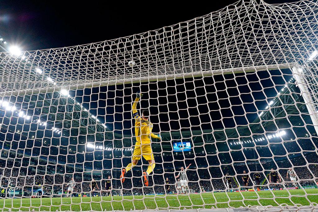 Pada akhir babak pertama Juve kembali mendapatkan penalti setelah setelah Douglas Costa dijatuhkan Serge Aurier. Namun Higuain menyia-nyiakan peluang untuk mengukir trigol setelah penaltinya mengenai mistar gawang.