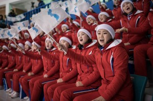 Mereka mengibarkan bendera Korut sambil meneriakkan yel-yel yang berarti 'semangat tim' atau 'negara kami bersatu'. Mereka juga mengibarkan bendera unifikasi Korea.