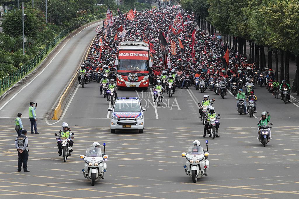 Ribuan Jakmania penuhi ruas Jalan MH. Thamrin merayakan kemenangan tim Persija Jakarta pada gelaran Piala Presiden, Jakarta.