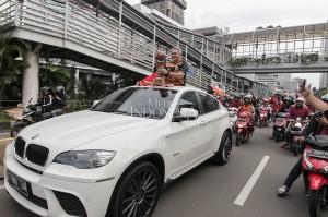 Tauhid Indrasjarief ketua umum Jakmania memegang Piala Presiden saat pawai bersama Jakmania di sepanjang Jalan MH. Thamrin, Jakarta.