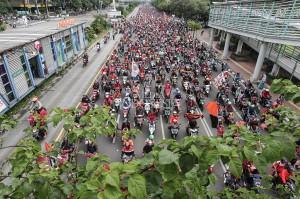 Jakmania kawal tim Persija Jakarta dari Stadion Utama Gelora Bung Karno menuju Balai Kota Jakarta.