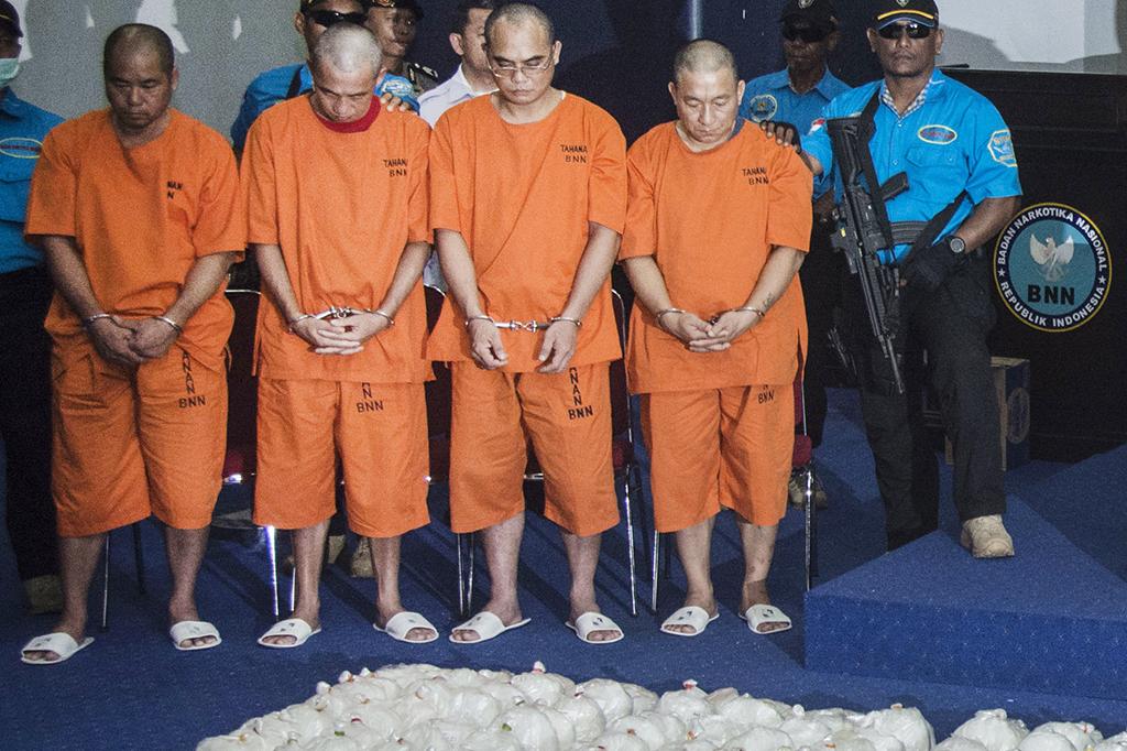 Petugas juga menahan empat orang tersangka berpaspor Taiwan yang masuk melalui jalur laut di Selat Philip, perairan Batam.