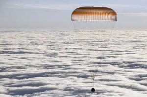 Kapsul ruang angkasa Soyuz MS-06 yang membawa awak pesawat antariksa International Space Station (ISS) asal Rusia Alexander Misurkin dan astronaut NASA Mark Vande Hei dan Joe Acaba bersiap mendarat di daerah terpencil di wilayah Dzhezkazgan (Zhezkazgan), Kazakhstan, Rabu, 28 Februari 2018.