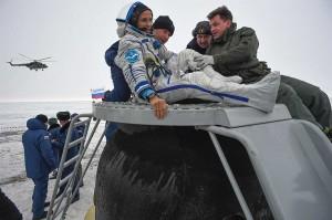 Petugas membantu astronaut NASA Joe Acaba keluar dari kapsul ruang angkasa Soyuz MS-06 setelah mendarat di daerah terpencil di luar Kota Dzhezkazgan.