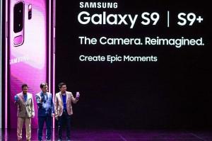Presiden Direktur Samsung Electronic Indonesia Jae Hoon Kwon (tengah), IM Marketing Director Jo Semidang (kanan) dan Head of Product Marketing, IT & Mobile Denny Galant menunjukkan produk Galaxy S9 dan S9+ saat peluncuran di Jakarta, Jumat, 9 Maret 2018.