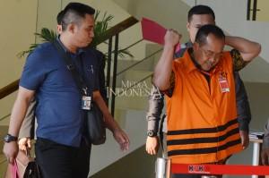 Komisaris PT Karya Adi Kencana, Khayub Muhammad Lutfi memakai rompi tahanan setelah menjalani pemeriksaan di gedung KPK, Jakarta.