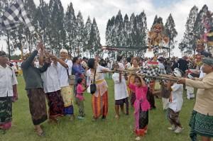 Belasan ogoh-ogoh yang diarak ratusan umat Hindu meramaikan festival yang dilaksanakan di Lapangan Junggo, Kota Batu.