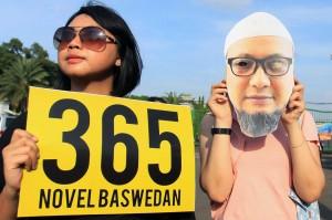 Novel disiram air keras oleh dua orang pengendara motor pada 11 April 2017 seusai salat Subuh di Masjid Al-Ihsan dekat rumahnya. Mata Novel pun mengalami kerusakan sehingga ia harus menjalani perawatan di Singapura sejak 12 April 2017.