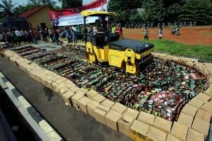 Kapolres Tangsel AKBP Ferdy Irawan memimpin langsung pemusnahan ribuan botol miras oplosan di halapan depan Polres Tangsel, Jumat, 13 April 2018. Pemusnahan juga dihadiri Wakil Wali Kota Tangsel Benyamin Davnie.