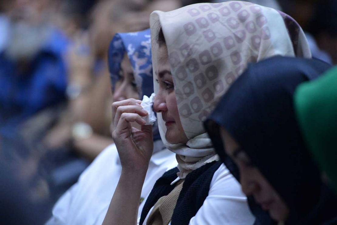 Tidak hanya Novanto yang menangis. Sang istri, Deisti Tagor yang hadir dalam persidangan juga meneteskan air mata saat Novanto membaca nota pembelakaan.
