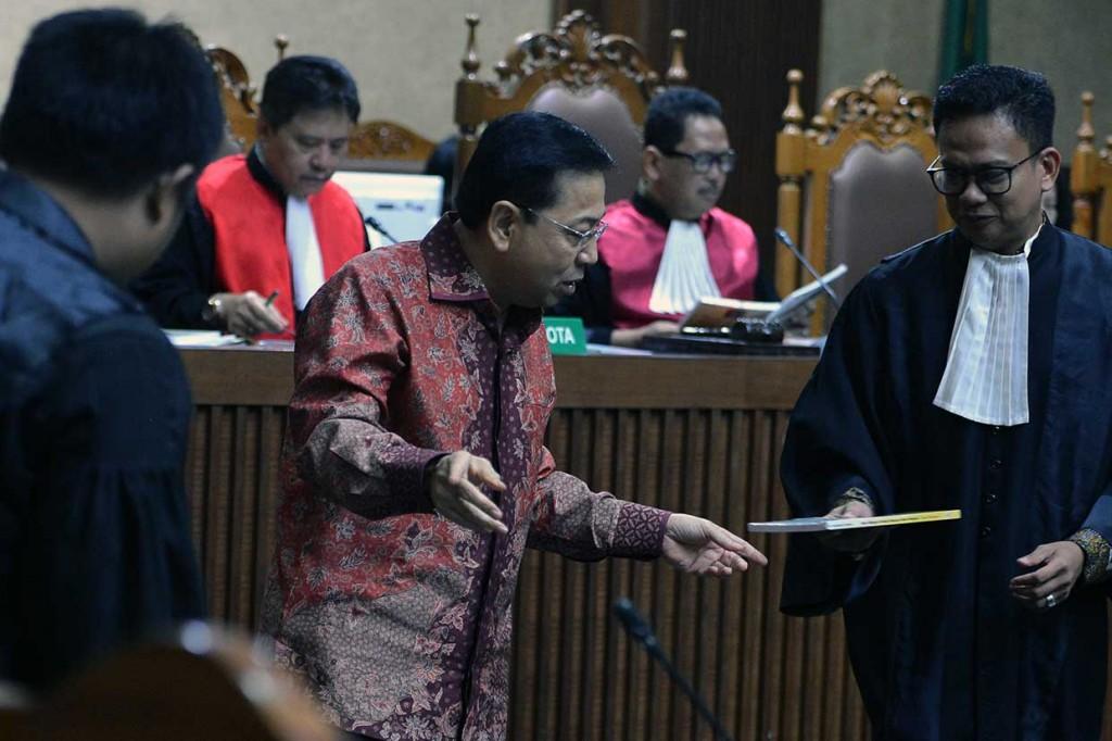 Sambil Menangis, Novanto Minta Maaf ke Keluarga