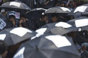 Puluhan atribut berupa payung hitam bertuliskan tuntutan dibawa oleh massa yang tergabung dalam Gerakan Masyarakat Tapanuli Tengah saat menggelar aksi di depan gedung Komisi Pemberantasan Korupsi (KPK).