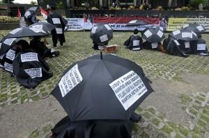 Massa yang tergabung dalam Gerakan Masyarakat Tapanuli Tengah menggelar aksi di depan gedung KPK, Jakarta.