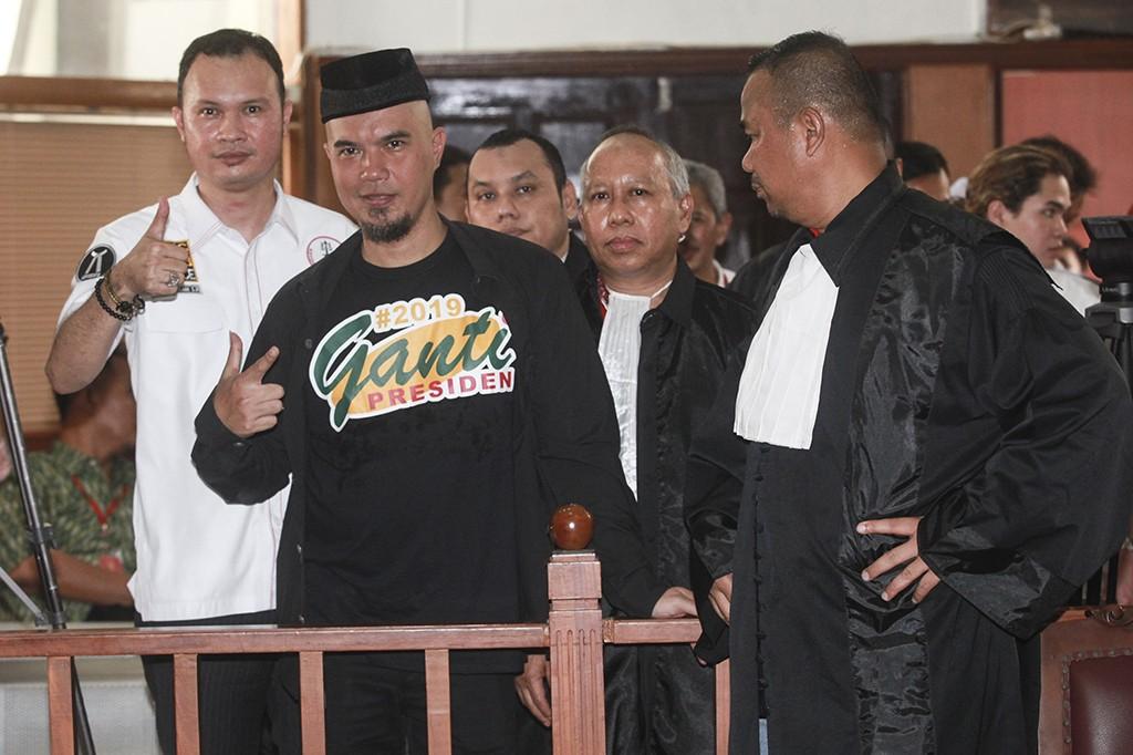 Gaya Ahmad Dhani Berkaus #2019GantiPresiden di Sidang Perdana
