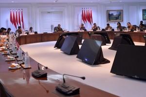Presiden Joko Widodo menggelar rapat terbatas membahas tentang penyediaan rumah bagi aparatur sipil negara (ASN), TNI dan Polri di Kantor Presiden, Jakarta.