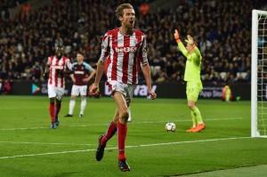 Stoke City berpikir mereka mengamankan tiga poin dan kemenangan tandang pertamanya sejak Oktober ketika pemain pengganti Peter Crouch menyambar bola liar untuk membobol gawang West Ham yang dijaga Joe Hart pada menit ke-79.