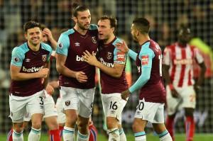 Namun West Ham memperlihatkan kualitasnya dengan mengamankan satu poin pada masa tambahan waktu ketika sepakan voli Andy Carroll menyambut umpan silang Aaron Cresswell gagal diantisipasi kiper Jack Butland.