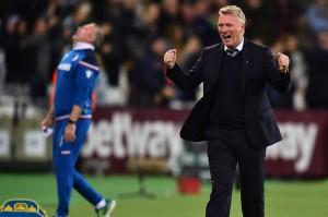 Ekspresi berbeda diperlihatkan pelatih West Ham David Moyes dan pelatih Stoke Paul Lambert setelah gol Carroll.
