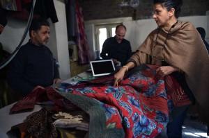 Pemilik rumah mode Zarif, Zolaykha Sherzad (kanan), menunjukkan tekstil tradisional kepada karyawannya di Kabul, Afghanistan, 25 Februari 2018 lalu. Bahan nilon untuk pembuatan burka asal Tiongkok membanjiri Afghanistan. Karena murah, bahan kain produksi massal yang terjangkau itu diminati.