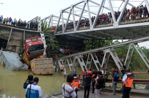 Sisi barat jembatan itu runtuh sekitar 50 meter dan mengakibatkan dua orang tewas. Satu lainnya ditemukan selamat dan sudah dibawa ke Puskesmas, sedangkan satu orang lain masih dalam pencarian.