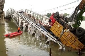 Polisi mendatangkan alat berat untuk mencari korban dan melakukan evakuasi kendaraan yang terjun ke sungai. Warga sekitar memadati tepi Bengawan Solo untuk melihat proses evakuasi.