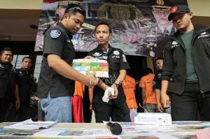 Petugas Kepolisian dari Satuan Reskrim Polres Metro Jakarta Barat menunjukan sejumlah barang bukti pengungkapan kasus pembobolan kartu Anjungan Tunai Mandiri (ATM) dengan cara ganjal kartu di Kantor Polres Metro Jakarta Barat.