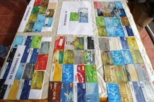Dari tangan tersangka, polisi menyita barang bukti berupa 93 kartu ATM dari berbagai bank, tusuk gigi, uang Rp 50 ribu, sebuah handphone, satu jaket warna abu-abu, dan dua unit mobil beserta kunci dan STNK.