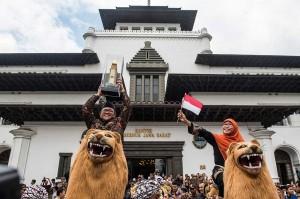 Gubernur Jawa Barat Ahmad Heryawandidampingi istri Netty Prasetiyani Heryawan membawa Piala Parasamya Purnakarya Nugraha saat diarak keliling Gedung Sate, Bandung, Jawa Barat, Kamis, 26 April 2018.