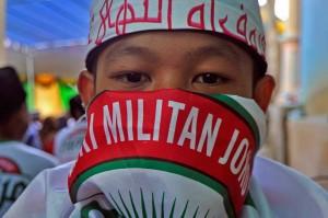 Mereka menilai Presiden Jokowi merupakan sosok santun yang memuliakan kalangan santri, ulama, dan tokoh agama sehingga bertekad menyatukan aspirasi untuk mendukung serta mempertahankan kepemimpinannya kembali agar pembangunan bidang keagamaan bisa berkesinambungan.