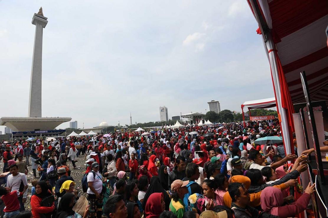 Acara 'Untukmu Indonesia', Warga Antre Sembako Gratis