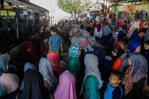 Pedagang kaki lima (PKL) berjualan di trotoar Blok F Pasar Tanah Abang, Jakarta, Sabtu, 28 April 2018. ANTARA/Galih Pradipta