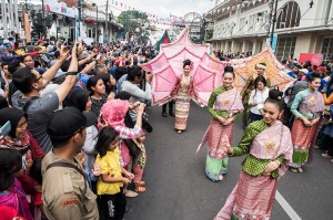 Ribuan penonton melihat Karnaval Asia Afrika di Jalan Asia Afrika, Bandung, Jawa Barat, Sabtu, 28 April 2018. Tidak sedikit dari mereka yang mengabadikan acara tersebut dengan kamera maupun ponsel mereka. ANTARA/M Agung Rajasa