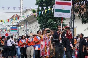 Delegasi dari Tajikistan turut memeriahkan acara Karnaval Asia Afrika dalam puncak peringatan Konferensi Asia Afrika (KAA) ke-63. Medcom.id/Roni Kurniawan