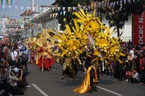 Salah satu provinsi yang turut memeriahkan gelaran tersebut yaitu dari Aceh. Penampilan mereka yang mengenakan pakaian adat yang dimodifikasi menarik perhatian penonton. Medcom.id/Roni Kurniawan