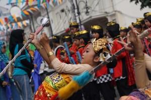 Marching band dari siswa Sekolah Dasar (SD) Sukasenang Bandung menunjukkan aksinya dihadapan ribuan warga yang menyaksikan acara Karnaval Asia Afrika. Medcom.id/Roni Kurniawan